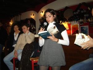 Elisa legge il libro Apologia del piano B alla Vineria