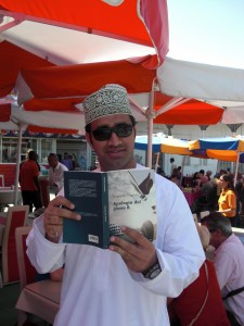 Arabo che legge Apologia del piano B nell'Oman