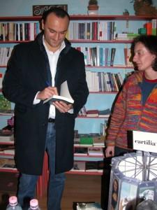 Properzi firma Apologia del piano b alla libreria Arcobaleno