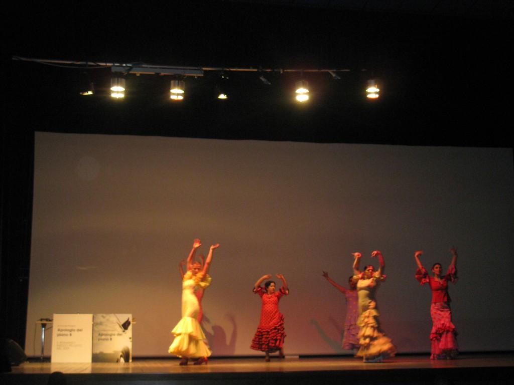 Ballo di flamenco allo spettacolo teatrale Apologia del piano B di Properzi