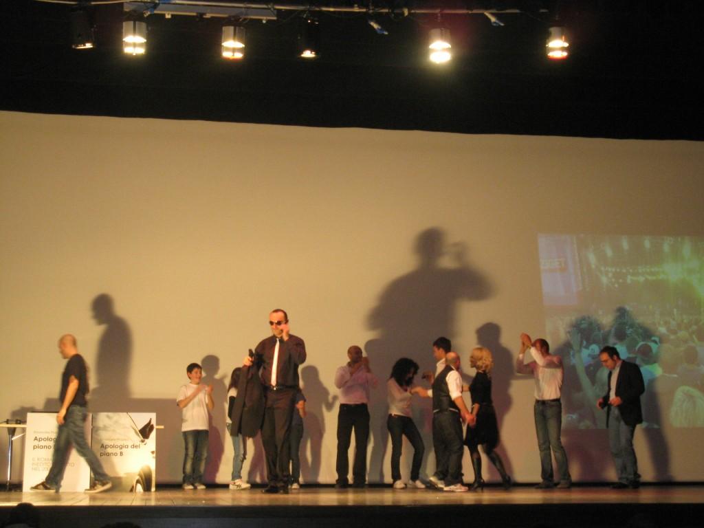 Properzi nella scena dello Sziget in Apologia del piano B lo spettacolo teatrale